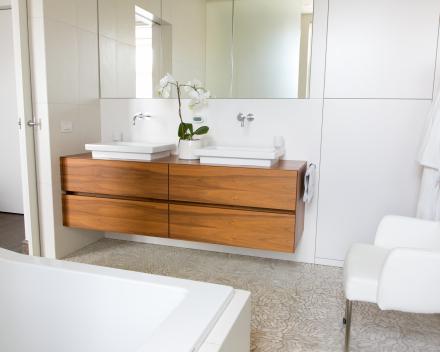Badkamermeubilair in dikfineer notelaar