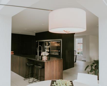 keuken in gerookte eik-ontwerp Keith Baert