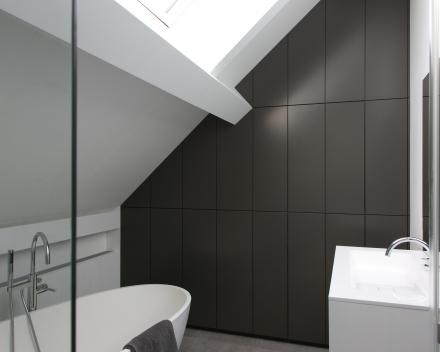 modern ingerichte badkamer- kast onder schuine hoek
