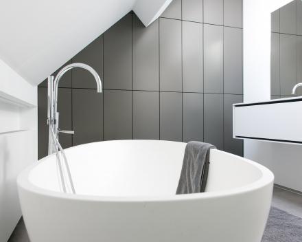 Badkamermeubilair  -  kast onder schuine hoek