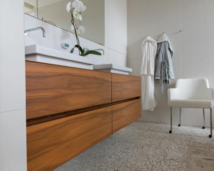 badkamermeubel in dikfineer notelaar