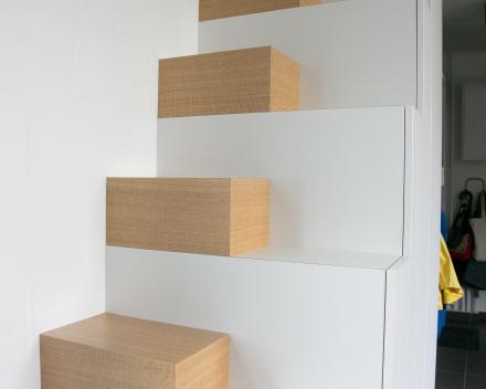 opbergkast gebruikt als trap naar zolder