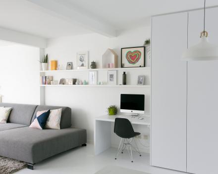 wit interieur met bureel en hobbyruimte ingewerkt in maatkast